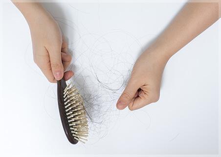 薄毛のはじまりかも!?抜け毛の中に短く細い毛が紛れていませんか?
